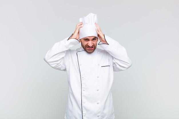 Kale man voelt zich gefrustreerd en geïrriteerd, ziek en moe van mislukking, beu met saaie, saaie taken
