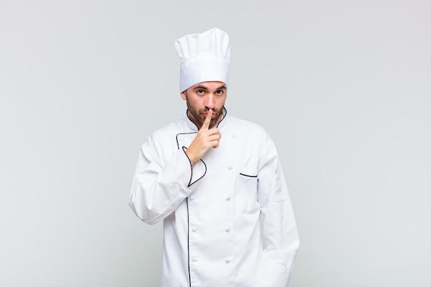 Kale man vraagt om stilte en stilte, gebaart met de vinger voor de mond, zegt shh of houdt een geheim