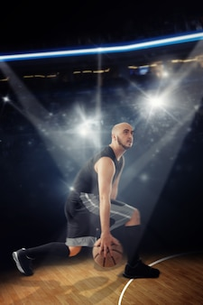 Kale professionele basketbalspeler in het spel dribbelt. sportman die basketbal op het hof speelt.