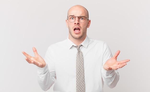 Kale zakenman met open mond en verbaasd, geschokt en verbaasd met een ongelooflijke verrassing