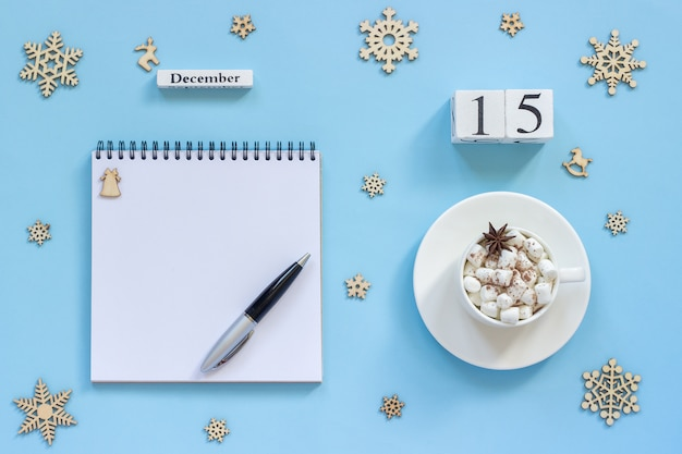 Kalender 15 december kopje cacao en marshmallow, lege open notitieblok
