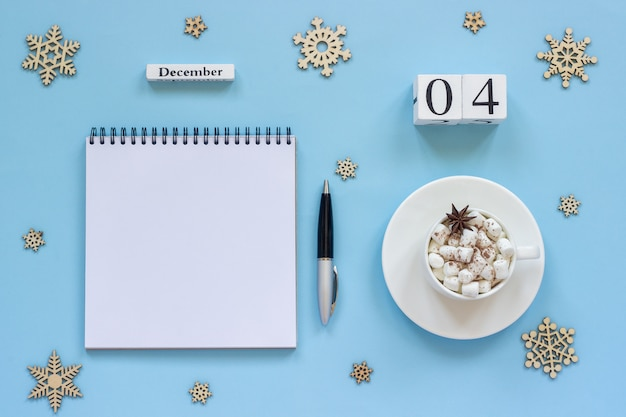 Kalender 4 december kopje cacao en marshmallow, lege open notitieblok