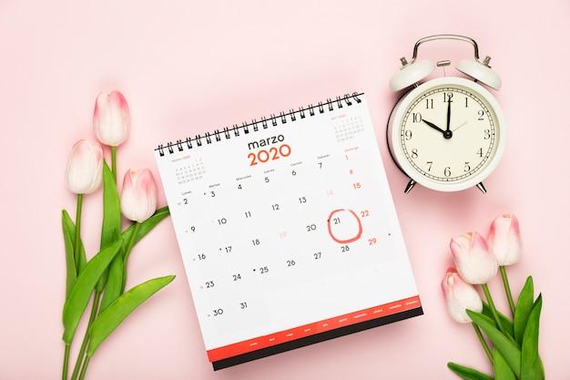 Kalender en klokaankondiging van de lente