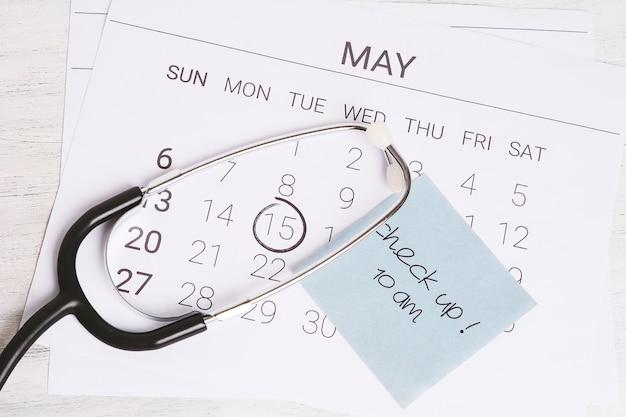 Kalender en stethoscoop.