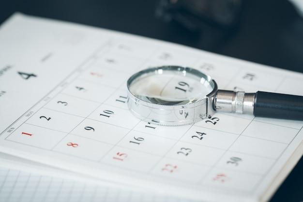 Kalender en vergrootglas