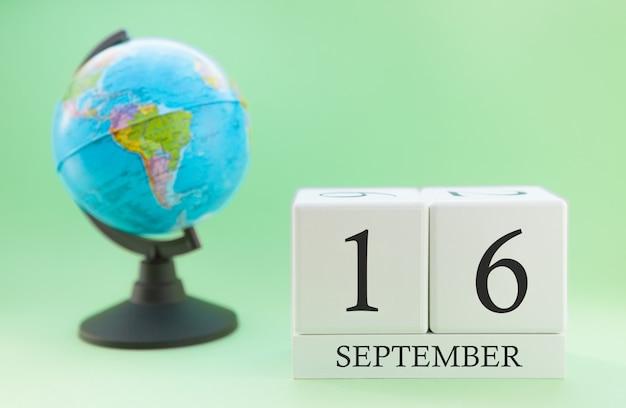 Kalender gemaakt van hout met 16 dagen van de maand september