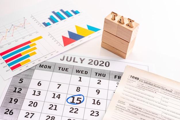 Kalender juli 2020 met de 15e belastingdag en 1040 belastingformulieren aan de zijkanten
