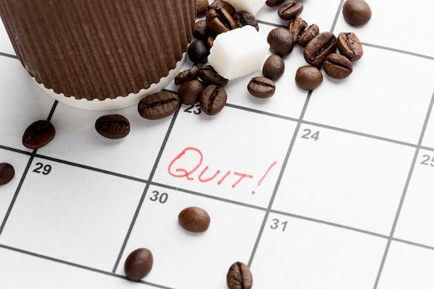 Kalender met datum voor stoppen met het drinken van koffie