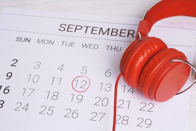 Kalender met koptelefoon.