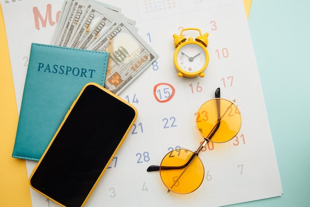 Kalender met paspoort, zonnebril en telefoon