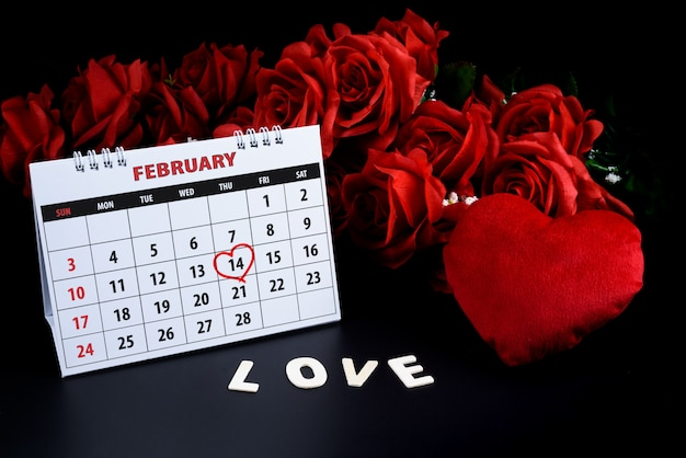 Kalender met rode hand geschreven hart hoogtepunt op 14 februari van saint valentines day