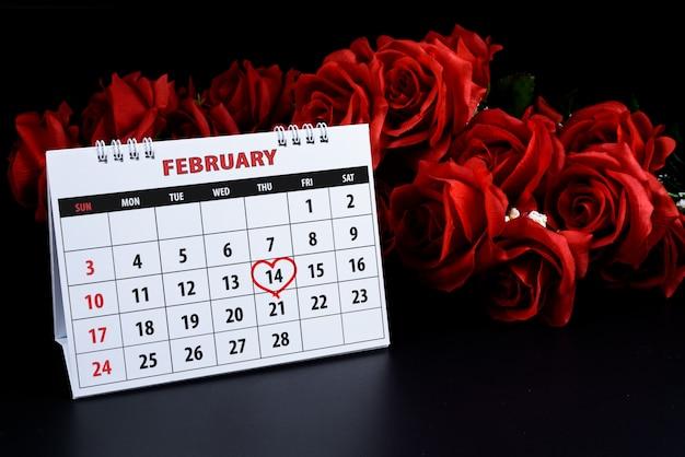Kalender met rood geschreven hart hoogtepunt op 14 februari van saint valentines day