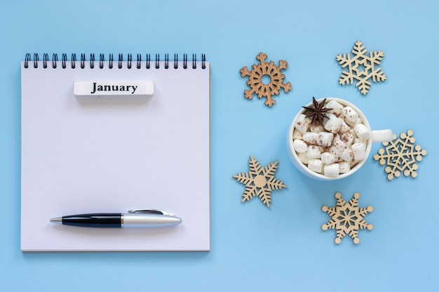 Kalender van januari en kopje cacao met marshmallow