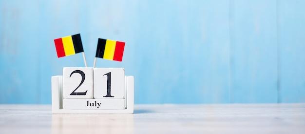 Kalender van juli met belgische vlaggen