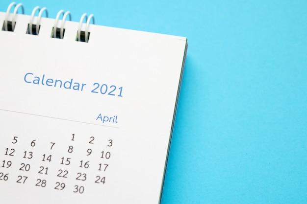 Kalenderpagina 2021 close-up op blauw bedrijfsplanning afspraak vergadering concept