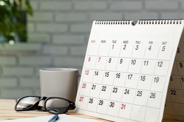 Kalenderpagina close-up op bureau