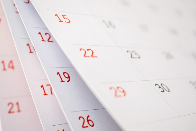 Kalenderpagina flipping blad close-up op kantoor tafel achtergrond zakelijke planning planning afspraak vergadering concept