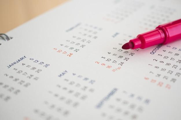 Kalenderpagina met rode pen close-up
