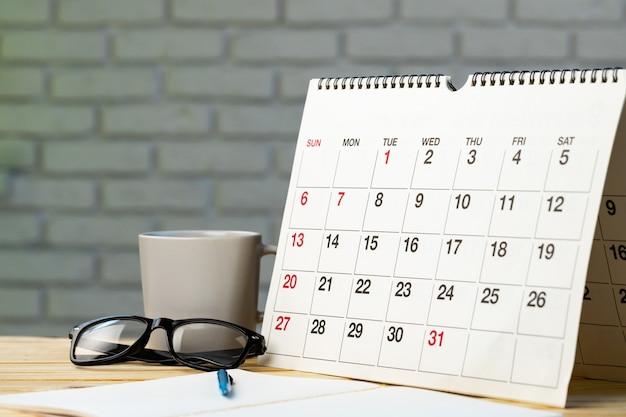 Kalenderpagina op houten bureau