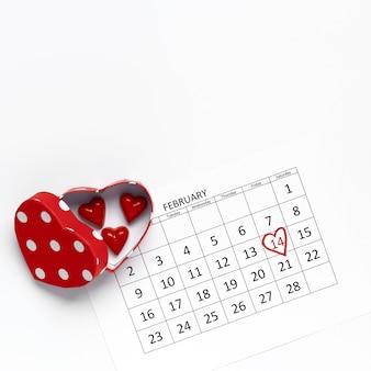 Kalendersjabloon met snoep hartvorm.