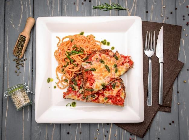 Kalfsvlees parmigiana met spaghettiin tomatensaus