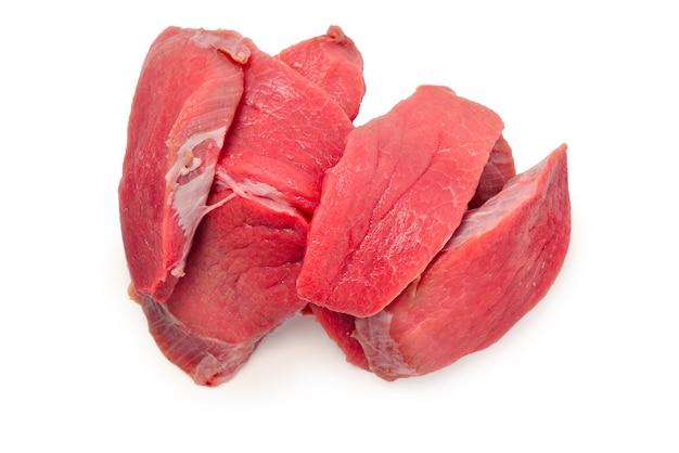 Kalfsvlees stukken rauw geïsoleerd op een witte achtergrond.