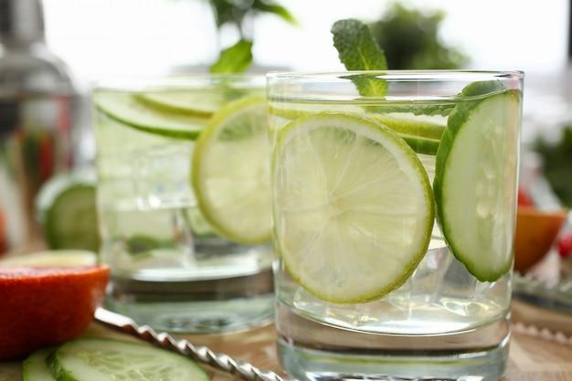 Kalk met komkommerstempel zelfgemaakte cocktail