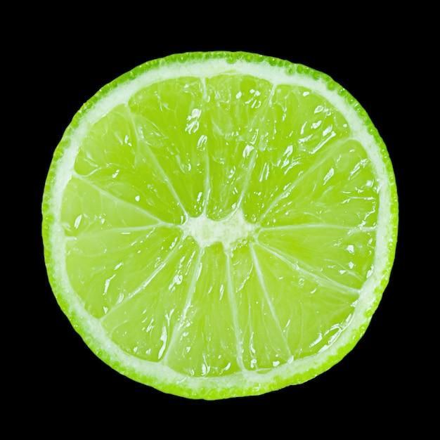 Kalk segment geïsoleerd op een zwarte achtergrond. fruit, vitamines.