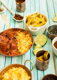 Kalk te midden van verschillende gerechten en specerijen