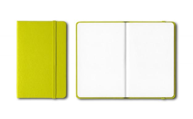 Kalkgroen gesloten en open notitieboekjes die op wit worden geïsoleerd