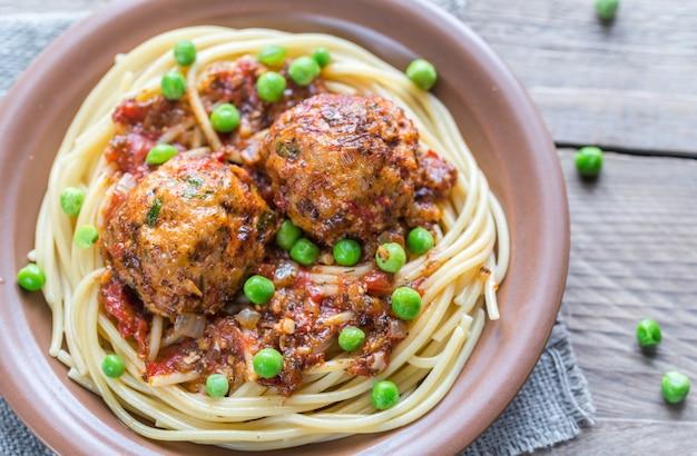 Kalkoengehaktballetjes met pasta en verse erwten