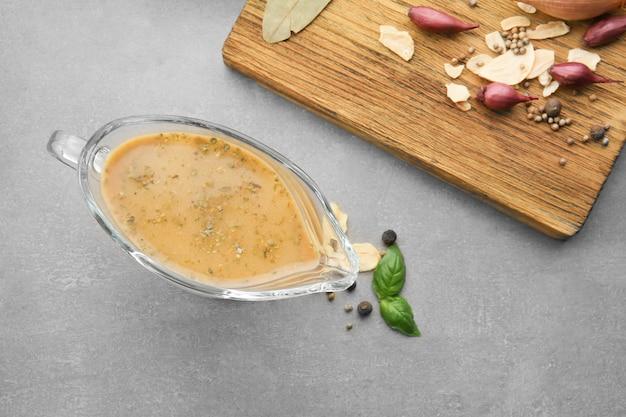 Kalkoenjus in sauskom en kruiden op tafel