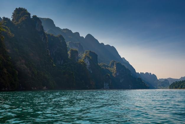 Kalksteenbergen met bomen in de zee in thailand