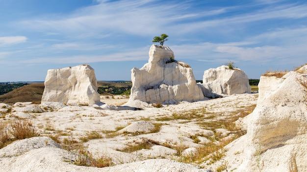 Kalkstenen rotsformaties bij steengroeve met zichtbare vlaktes in moldavië