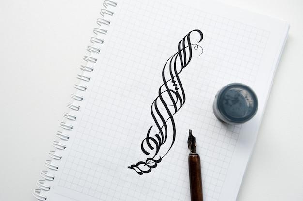 Kalligrafische tekeningen op een laptop