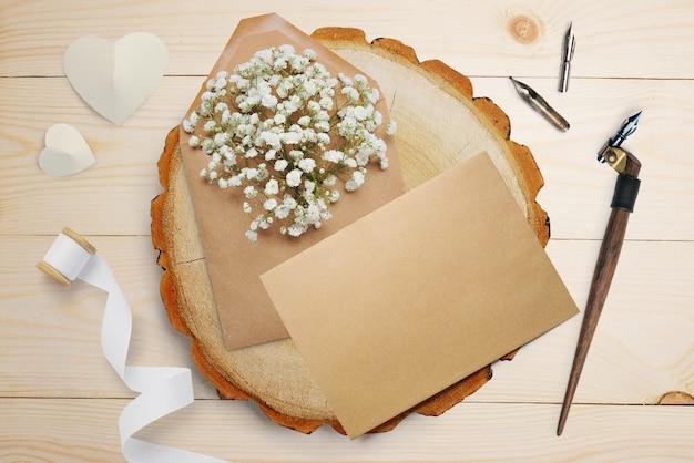 Kalligrafische veer, ligt in de buurt van een houten cirkel met een wit papieren hart. valentijn kaart