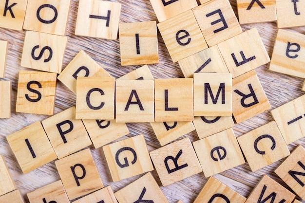 Kalm - kubus met letters, bord met houten kubussen