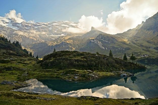 Kalm water, omringd door bergen overdag