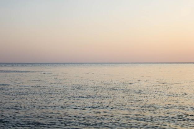 Kalme blauwe zee golven zacht oppervlak oceaan en blauwe hemel