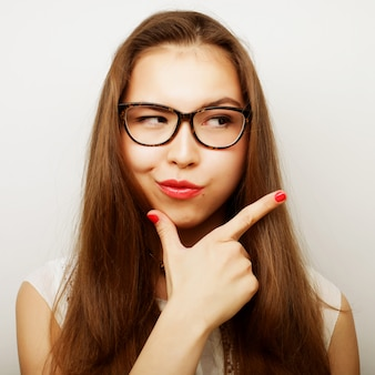 Kalme en vriendelijke vrouw met een bril