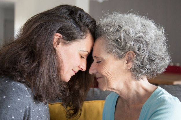 Kalme hogere moeder en dochter die elkaar steunen