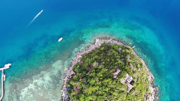 Kalme kleurrijke azuurblauwe turquoise zee in de buurt van het kleine tropische vulkanische eiland koh tao