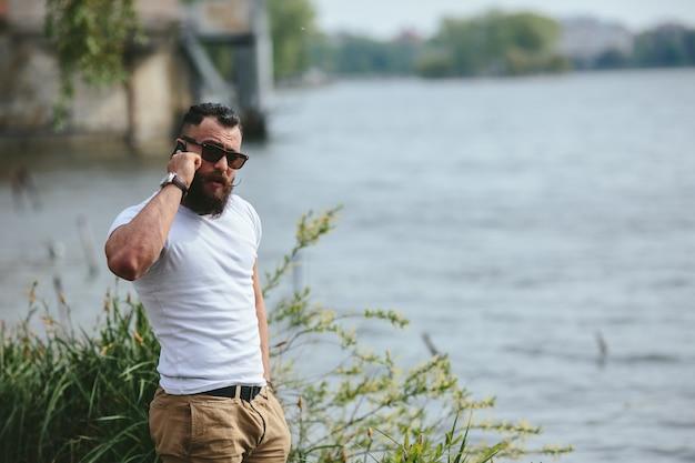 Kalme man te praten over de telefoon met meerachtergrond