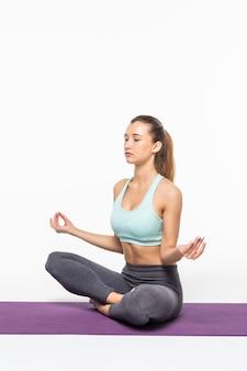 Kalme mooie vrouw die geïsoleerde yogaoefening doet