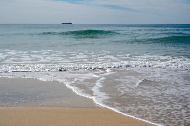 Kalme oceaan aan de sunshine coast van queensland, australië