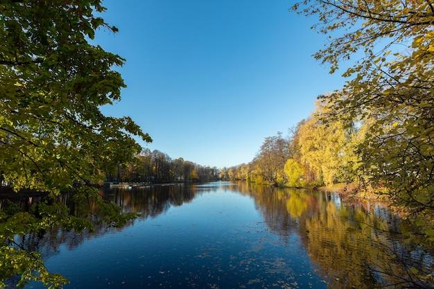 Kalme rivier die door het herfstpark stroomt op elagin island, sint-petersburg, rusland.