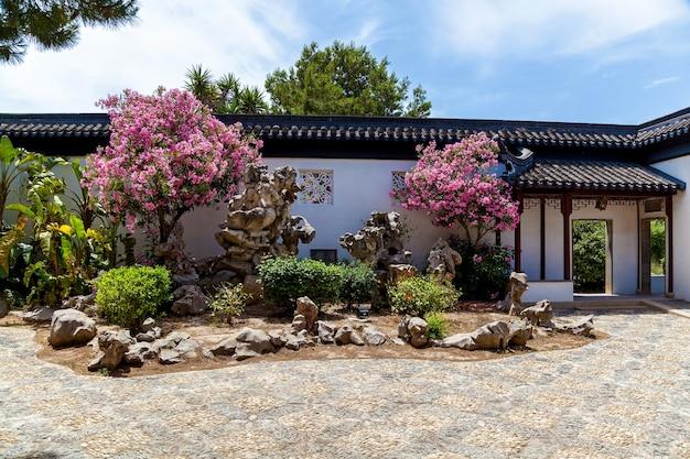 Kalme tuin, traditionele chinese architectuur en beeldhouwkunst malta, santa lucija.