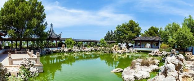 Kalme tuin, traditionele chinese architectuur met stenen beeldentuin en meer in malta,
