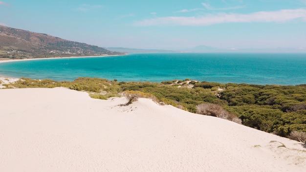 Kalme turquoise zee en verlaten strand