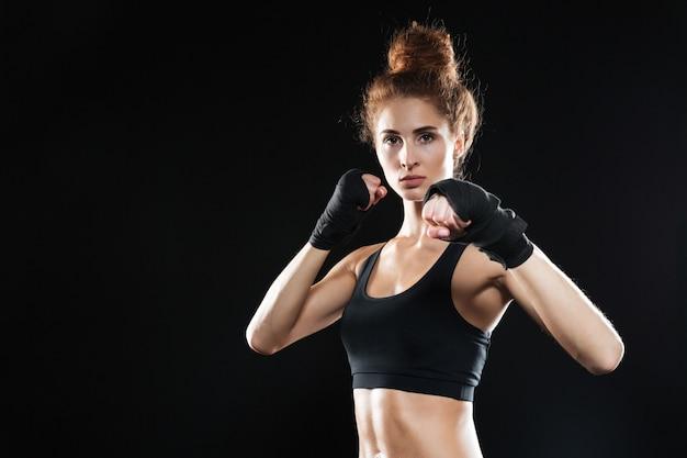 Kalme vrouwelijke vechter klaar om te vechten